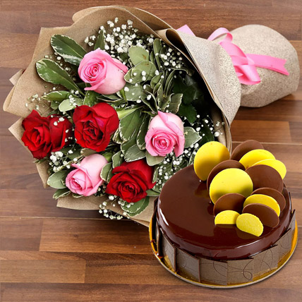 Beautiful Roses Bouquet With Chocolate Fudge Cake: Flowers with Cakes in Abu Dhabi